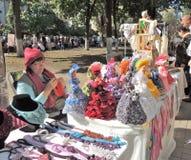 Продавщица стойки улицы кукол сувенира стоковая фотография