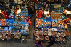 Продавщицы и морепродукты на рыбном базаре Noryangjin осмотренном сверху Стоковые Фото