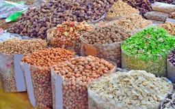 Продажа гаек и высушенных плодоовощей на рынке Стоковое фото RF