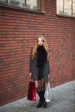 Продажа, защита интересов потребителя и концепция людей - счастливые молодые красивые женщины держа хозяйственные сумки, идя дале Стоковые Изображения RF
