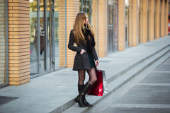 Продажа, защита интересов потребителя и концепция людей - счастливые молодые красивые женщины держа хозяйственные сумки, идя дале Стоковая Фотография RF