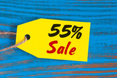Продажа минус 55 процентов Большие продажи 50 процентов на голубой деревянной предпосылке для рогульки, плаката, покупок, знака,  Стоковое фото RF