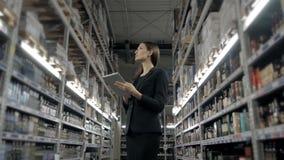 Продажа, покупки, защита интересов потребителя и концепция людей - близкая вверх молодой женщины с компьютером ПК таблетки в рынк Стоковое Изображение