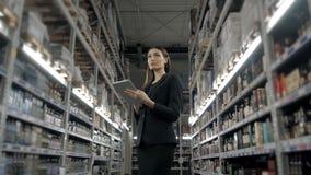 Продажа, покупки, защита интересов потребителя и концепция людей - близкая вверх молодой женщины с компьютером ПК таблетки в рынк Стоковое Изображение RF