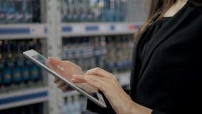 Продажа, покупки, защита интересов потребителя и концепция людей - близкая вверх молодой женщины с компьютером ПК таблетки в рынк Стоковые Изображения