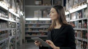 Продажа, покупки, защита интересов потребителя и концепция людей - близкая вверх молодой женщины с компьютером ПК таблетки в рынк Стоковые Изображения RF