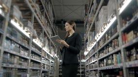 Продажа, покупки, защита интересов потребителя и концепция людей - близкая вверх молодой женщины с компьютером ПК таблетки в рынк Стоковые Фото