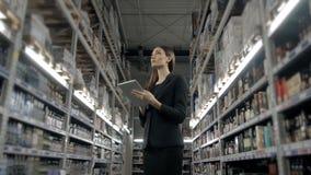 Продажа, покупки, защита интересов потребителя и концепция людей - близкая вверх молодой женщины с компьютером ПК таблетки в рынк Стоковая Фотография RF