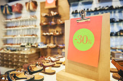 Продажа покупок сезонная скидка 30 процентов на обуви Стоковое фото RF