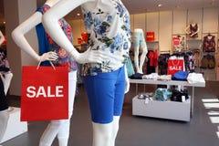 Продажа подписывает внутри магазин моды Стоковые Фотографии RF