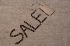 Продажа слова от кофейных зерен на мешковине стоковое фото rf