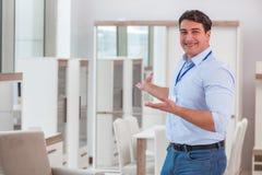 Продажи ассистентские в мебельном магазине стоковая фотография rf