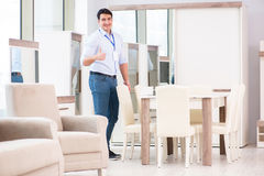 Продажи ассистентские в мебельном магазине стоковое фото rf