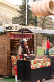 Продажи молодой женщины на тортах рождественской ярмарки Стоковое Изображение
