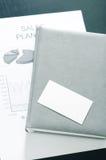 Продажи планируют с визитной карточкой и роскошью на таблице Стоковые Фотографии RF