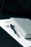 Продажи планируют с визитной карточкой и роскошью на таблице Стоковые Фото
