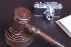 Продайте молоток, символ власти и камеру с аукциона года сбора винограда Стоковые Фотографии RF