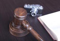 Продайте молоток, символ власти и камеру с аукциона года сбора винограда Стоковое Изображение RF