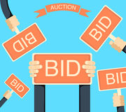 Продайте с аукциона и предлагающ цену знамя при руки держа bords Стоковая Фотография RF