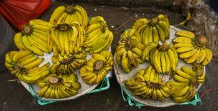 Продающ банан в традиционном фото рынка принятом в pasar minggu Джакарту Индонезию стоковое изображение