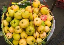 Продающ зрелые красные Guavas в бамбуковом фото корзины принятом в Depok Индонезию Стоковое Фото
