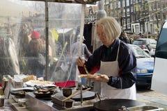 Продающ и делающ свежие crepes на рынке Стоковые Фотографии RF