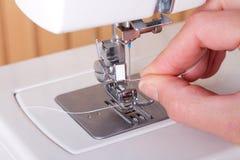 Продевать нитку швейную машину стоковые фотографии rf