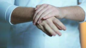Продезинфицируйте голые руки с брызгом Концепция медицины и здоровья в больнице или лаборатории сток-видео