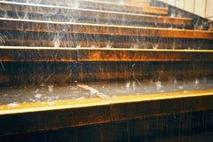 Проливной дождь в городе стоковые изображения