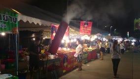 Продовольственный рынок ночи в thani pathum, Таиланде сток-видео