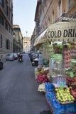 Продовольственный рынок улицы с мотороллером в Риме, Лацие, Италии Стоковая Фотография