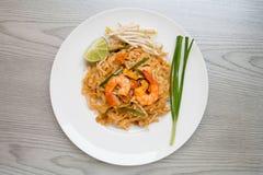 Проложите тайские, Stir-зажаренные лапши риса с креветками стоковые фотографии rf