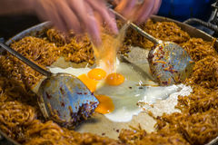 Проложите тайское, лапши фрая Stir с яичком Стоковые Изображения RF