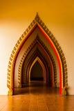 Проложите тоннель дверь в тайской церков на Таиланде. Стоковое Фото