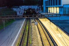 Проложите тоннель выход входа оно вечер с светами стоковая фотография