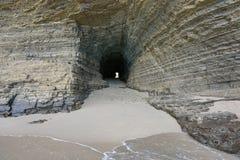 Проложите тоннель в утесе на побережье Новой Каледонии Стоковые Изображения