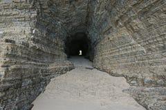 Проложите тоннель в утесе на seashore Новой Каледонии Стоковая Фотография RF