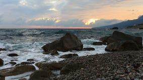 Пролом волн моря о больших камнях на берег сток-видео