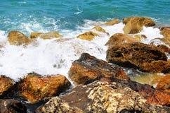 Пролом волн моря о камнях Стоковая Фотография
