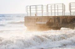 Пролом волн на пристани Стоковое фото RF