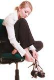 Пролом от работы Утомленная коммерсантка с болью ноги стоковое фото rf