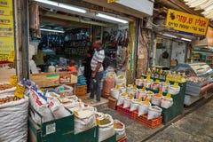 Продтовар покупки людей на marke Иерусалима Mahane Yehuda местном стоковое изображение