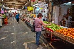 Продтовар покупки людей на marke Иерусалима Mahane Yehuda местном стоковые изображения rf
