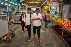 Продтовар покупки людей на marke Иерусалима Mahane Yehuda местном стоковое изображение rf