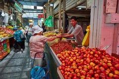 Продтовар покупки людей на marke Иерусалима Mahane Yehuda местном стоковое фото rf