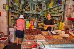 Продтовар покупки людей на marke Иерусалима Mahane Yehuda местном стоковые изображения