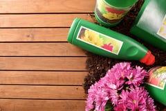 Продукты бутылок и контейнеров садовничая на деревянной верхней части Стоковые Изображения RF