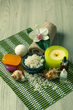 Продукты курорта на деревянной орхидее предпосылки цветут, шар с морем Стоковые Фотографии RF