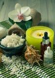 Продукты курорта на деревянной орхидее предпосылки цветут, шар с морем Стоковое Изображение