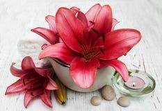 Продукты курорта с цветками лилии Стоковое Изображение RF